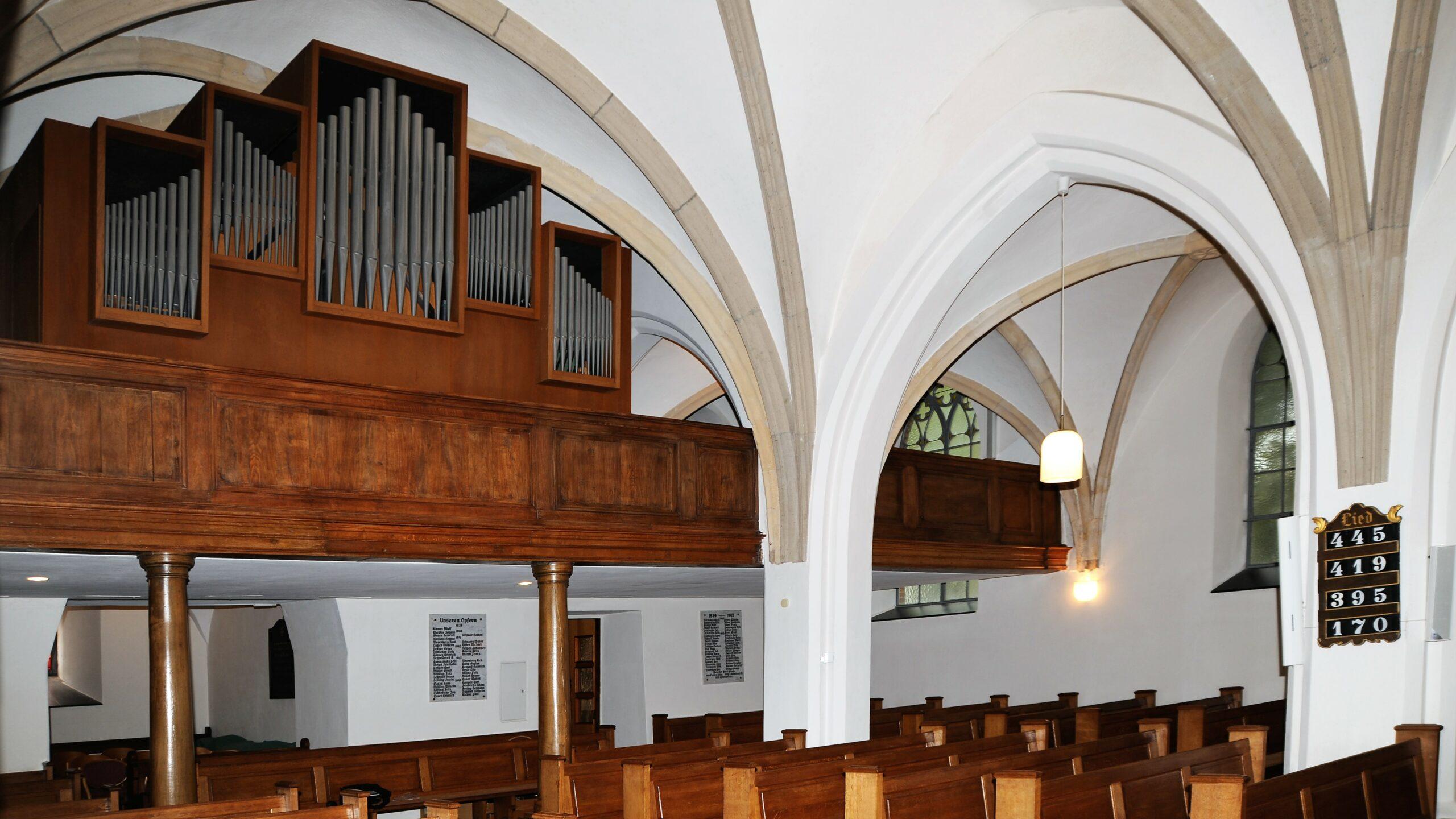 15-Orgel-Empor-von-vorn-Manual-ist-rechts-noch-im-inneren-Bogen_k1
